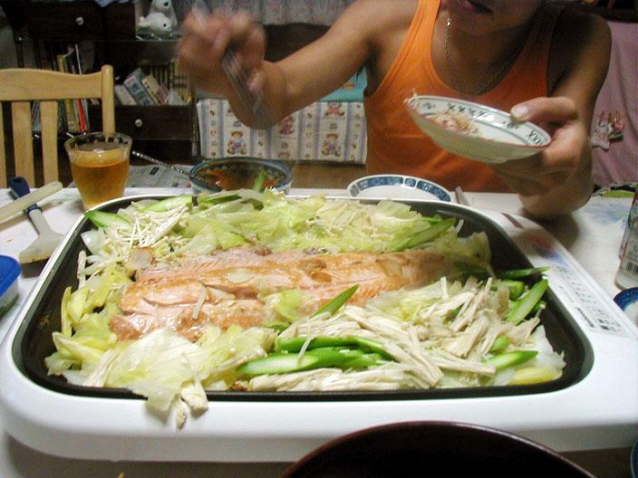 鮭の半身を野菜と蒸し焼きにして〜