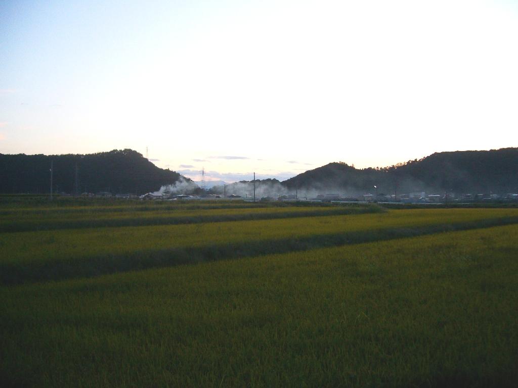 煙がたなびいて、村を包む夕暮れです