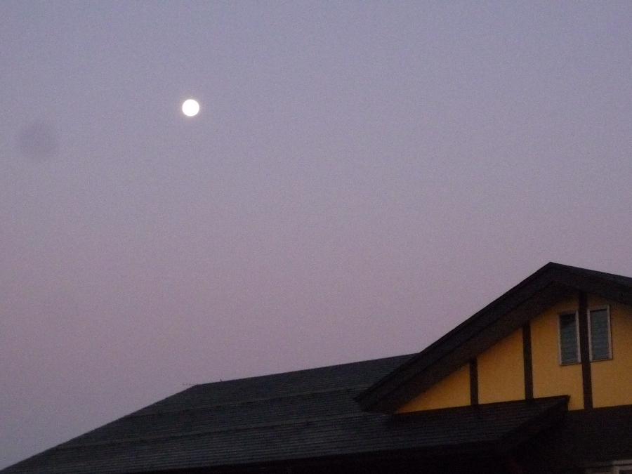 まだ月が・・・!